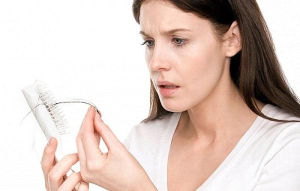 Phụ nữ sau sinh thường bị rụng tóc