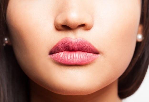 son bóng dưỡng môi giúp bảo vệ môi mỏng