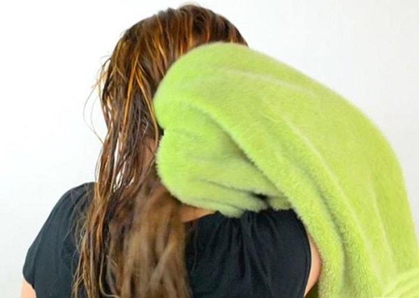 Cách vò tóc với khăn khô