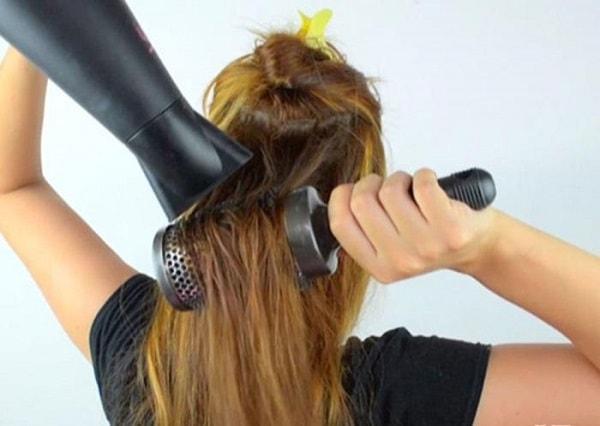 Chia tóc thành nhiều phần nhỏ khi sấy