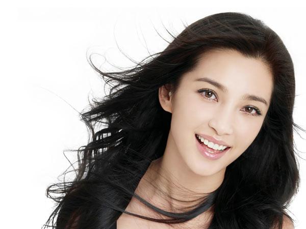 Khuôn mặt trái xoan có thể chọn kiểu tóc thẳng dài ngang vai, xoăn mềm nhẹ