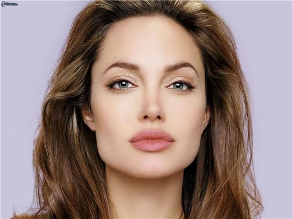 Khuôn mặt vuông nên đẻ tóc mái có tầng dài xõa tự nhiên nhẹ nhàng trước trán