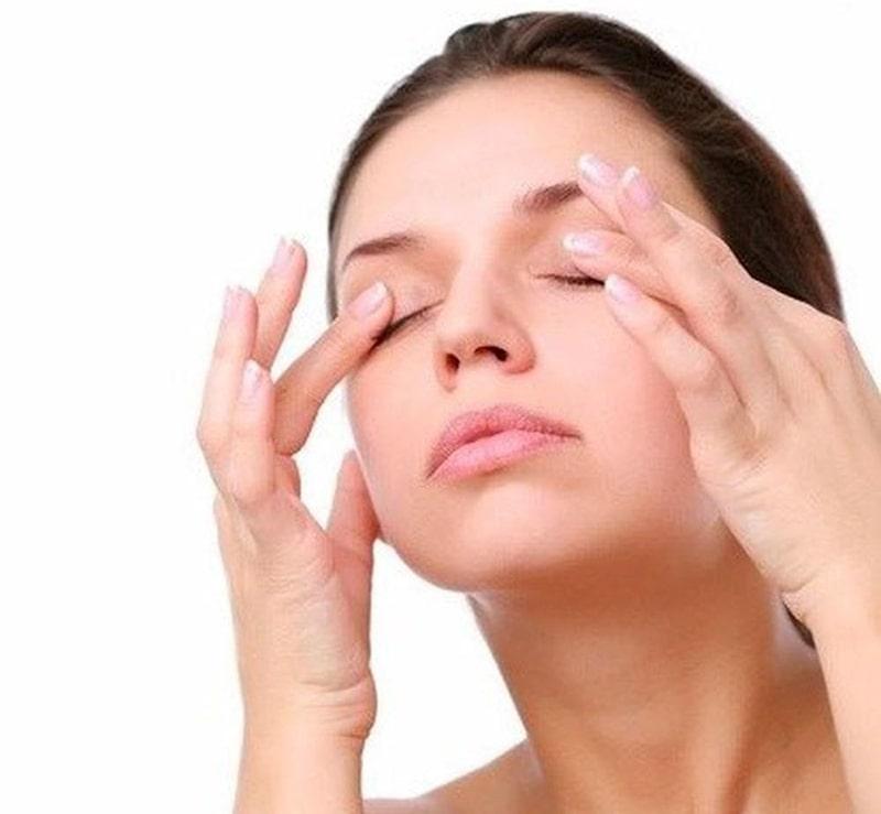 Sử dụng tay massage mắt đơn giản hiệu quả cao